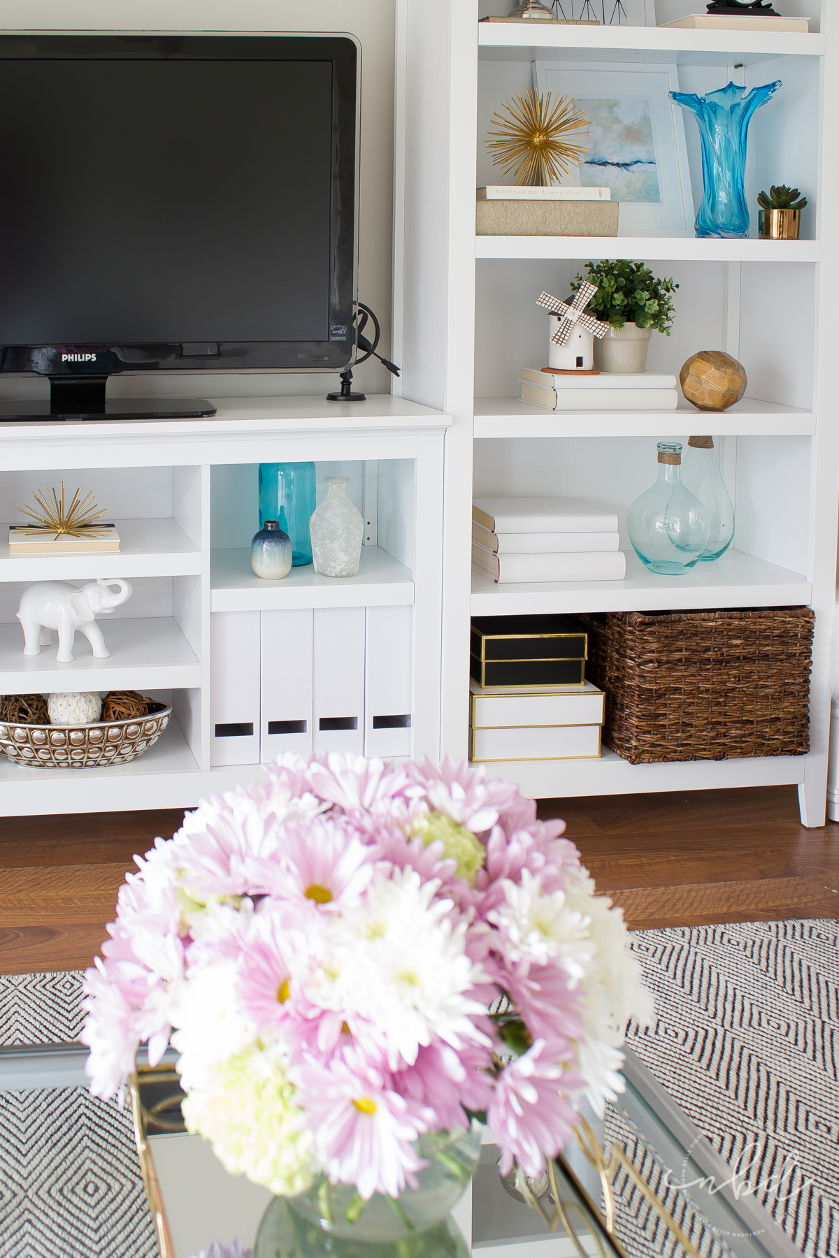 Have you ever stared at gorgeous bookshelves on Pinterest and wondered how to recreate the look in your own home? Here's the secret to styling bookshelves! #bookshelfstylingclass #decor