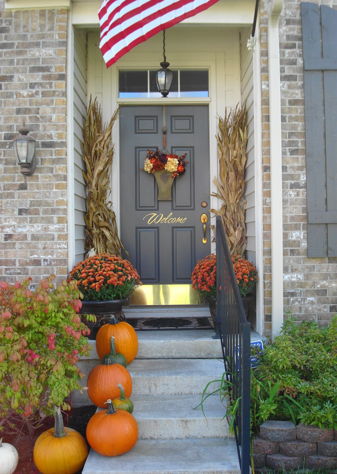 Cornstalks and mums fall decor front entrance #fall #falldecor