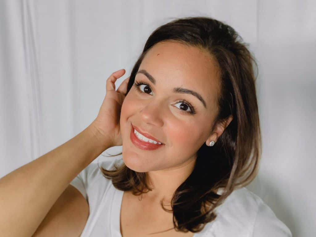clean beauty blogger, Lisette Harrington, with an easy summer makeup look